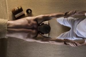 Her udføres et af de traditionelle stræk i thaimassage