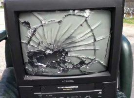 Ødelægger han virkelig fire fjernsyn?